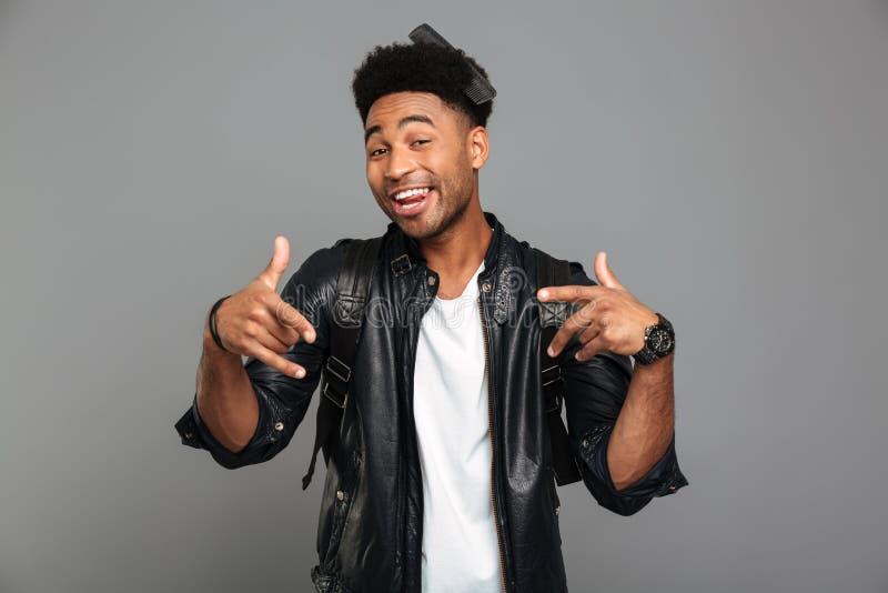 Retrato de um homem afro-americano engraçado no casaco de cabedal foto de stock royalty free