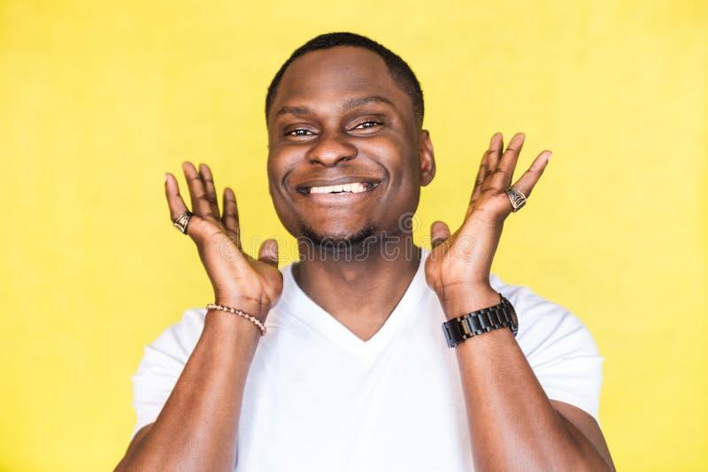 Retrato de um homem afro-americano feliz novo imagem de stock