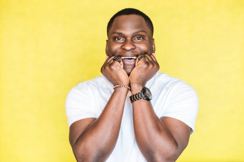 Retrato de um homem afro-americano feliz novo imagens de stock royalty free