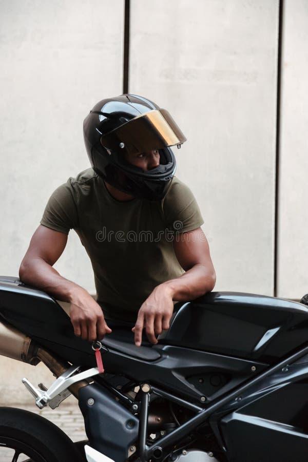 Retrato de um homem afro-americano novo moderno no capacete imagens de stock royalty free