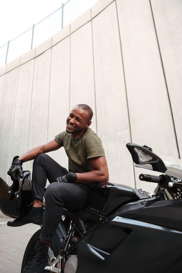 Retrato de um homem afro-americano novo de sorriso imagens de stock