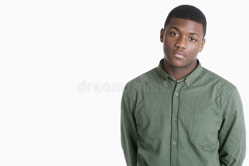 Retrato de um homem afro-americano triste sobre o fundo cinzento fotos de stock