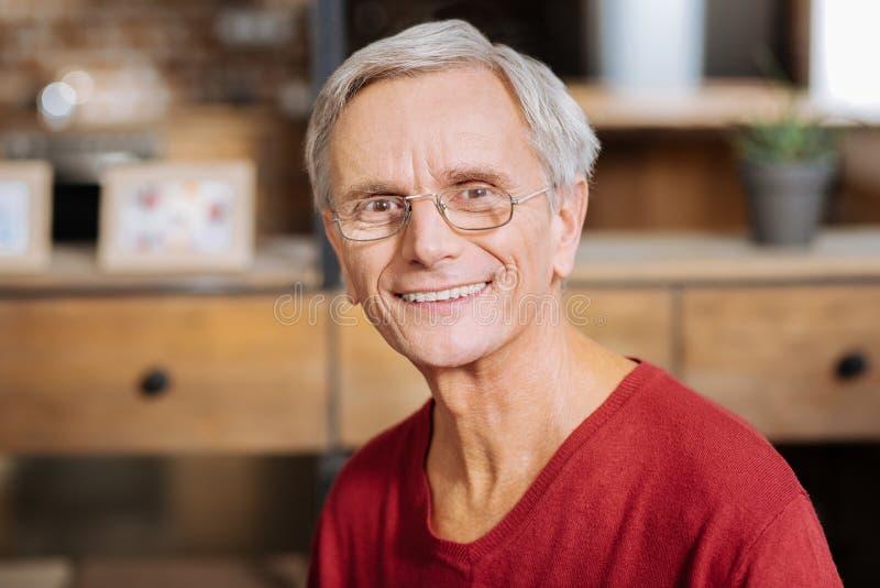 Retrato de um homem agradável deleitado fotos de stock royalty free