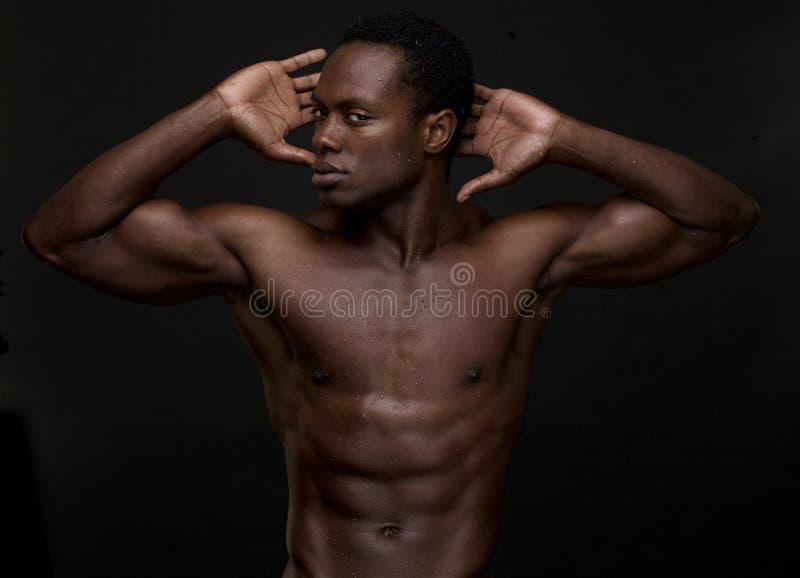 Homem americano africano atlético com mãos à cabeça imagem de stock