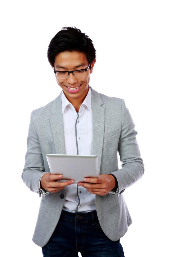 Retrato de um homem asiático de sorriso que guarda o tablet pc foto de stock royalty free