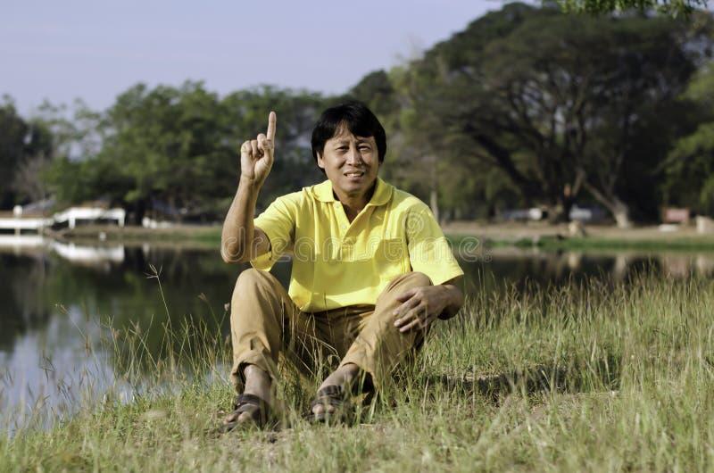 Retrato de um homem asiático feliz fotografia de stock royalty free
