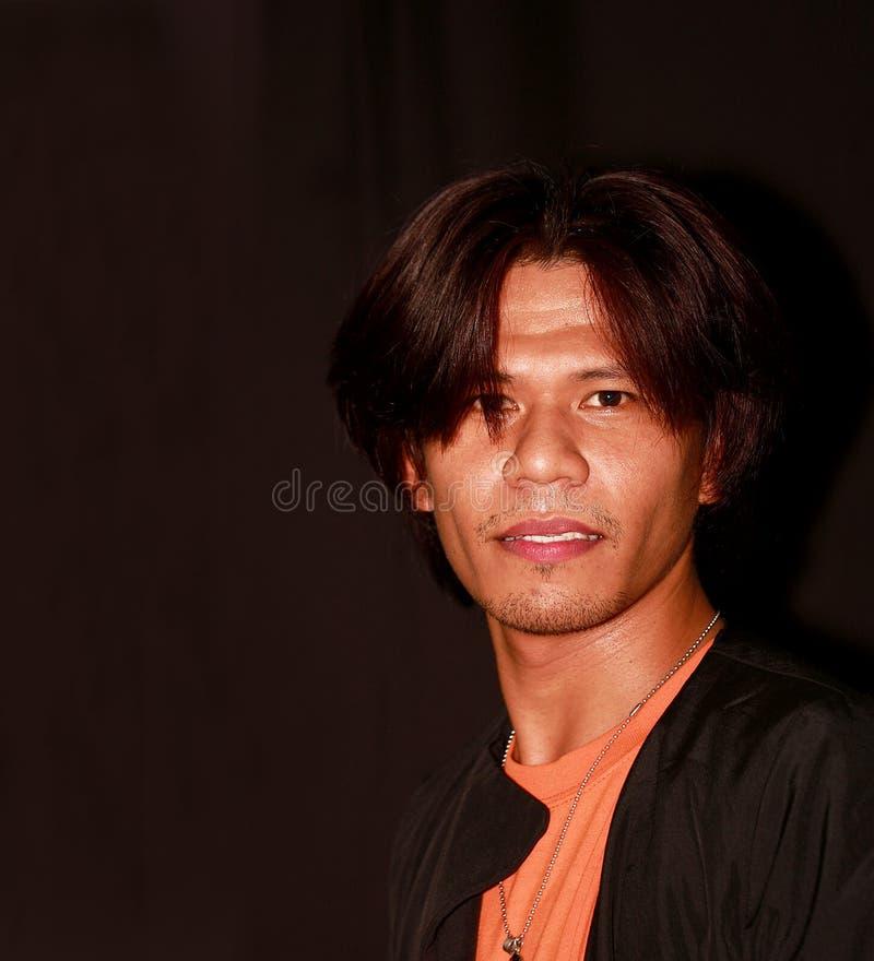 Retrato de um homem asiático novo considerável foto de stock