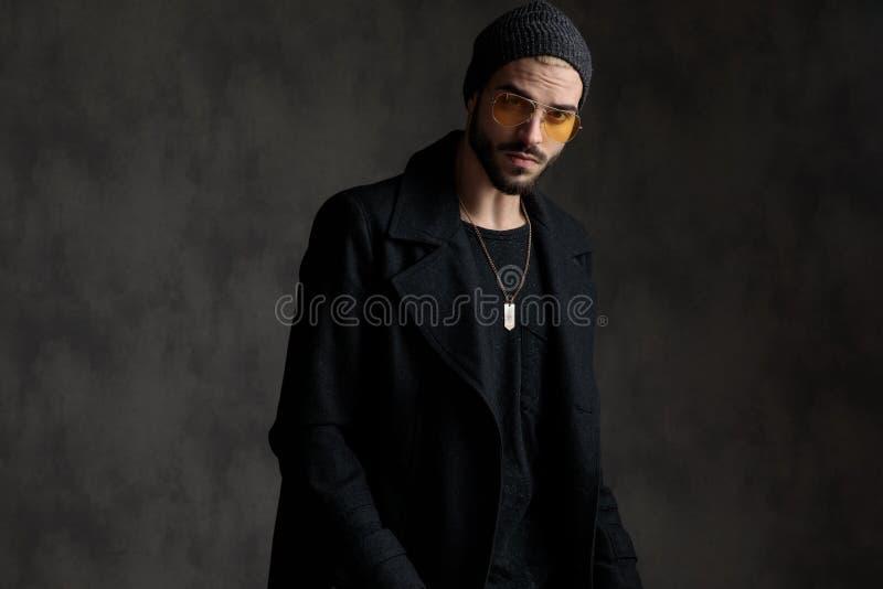 Retrato de um homem bem vestido foto de stock