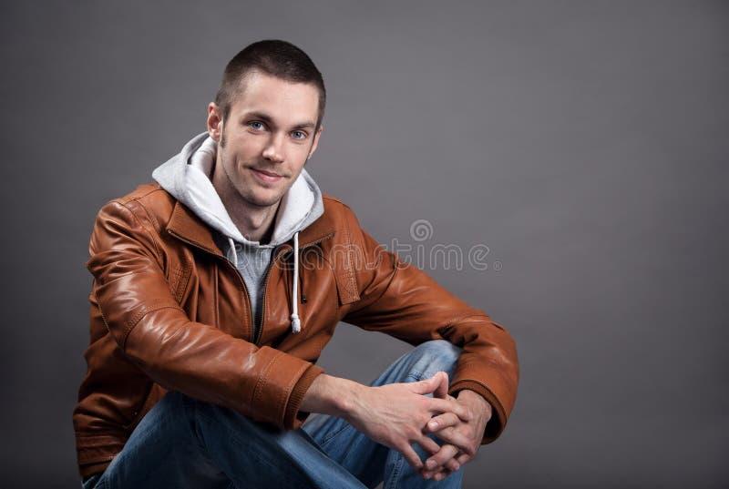 Retrato de um homem bonito no casaco de cabedal clássico foto de stock royalty free
