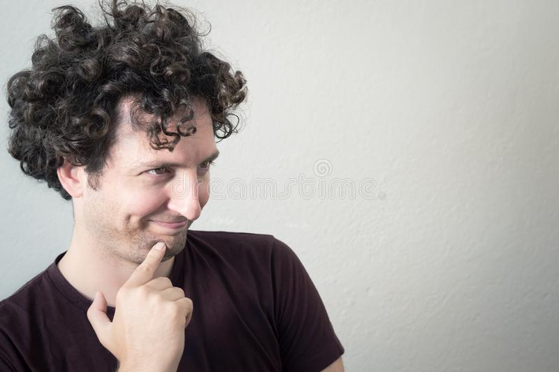 Retrato de um homem de cabelo novo, caucasiano, triguenho, encaracolado com mo fotos de stock royalty free