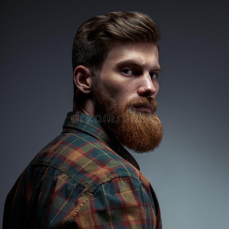 Retrato de um homem com barba e penteado moderno foto de stock royalty free