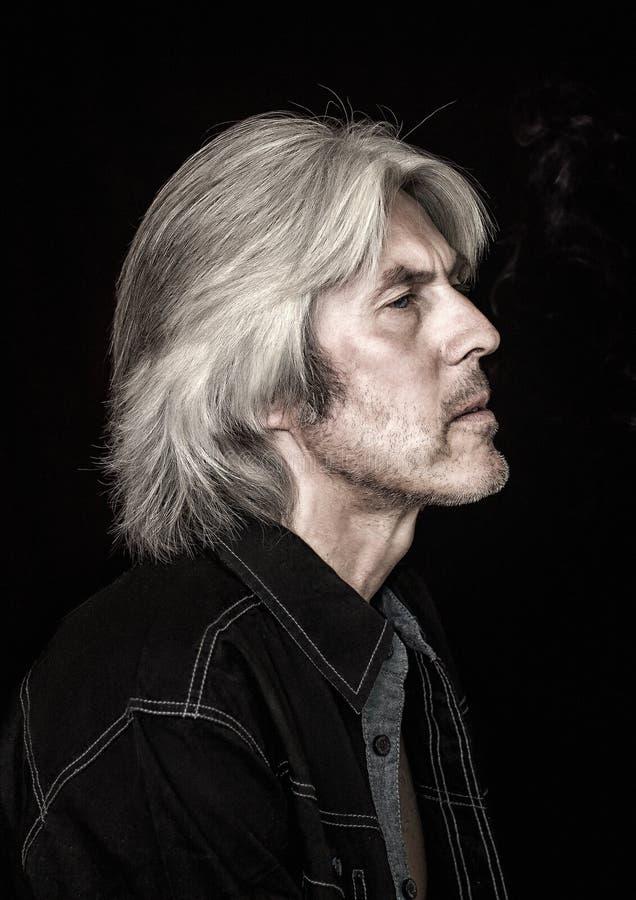 Retrato de um homem com cabelo cinzento foto de stock