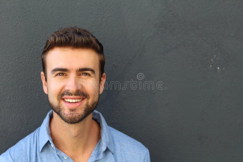 Retrato de um homem com dentes perfeitos foto de stock royalty free
