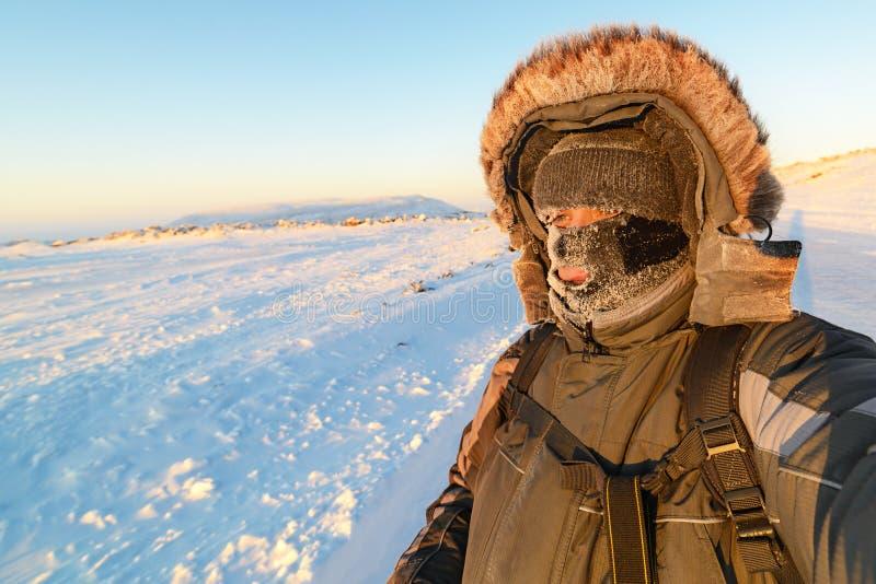Retrato de um homem com a máscara protetora fechado fotos de stock royalty free
