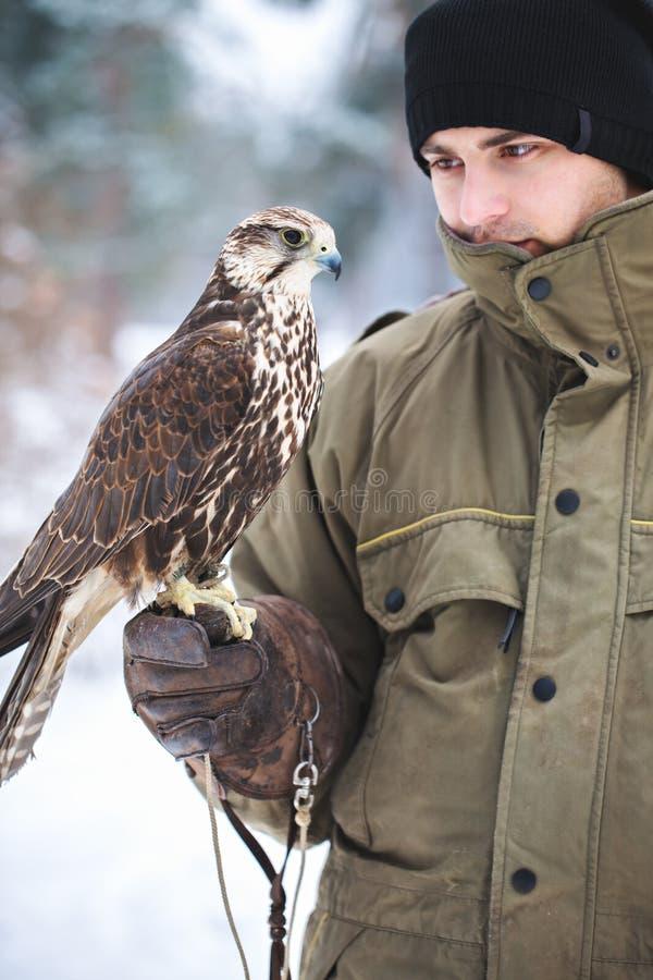 Retrato de um homem com um pássaro foto de stock royalty free
