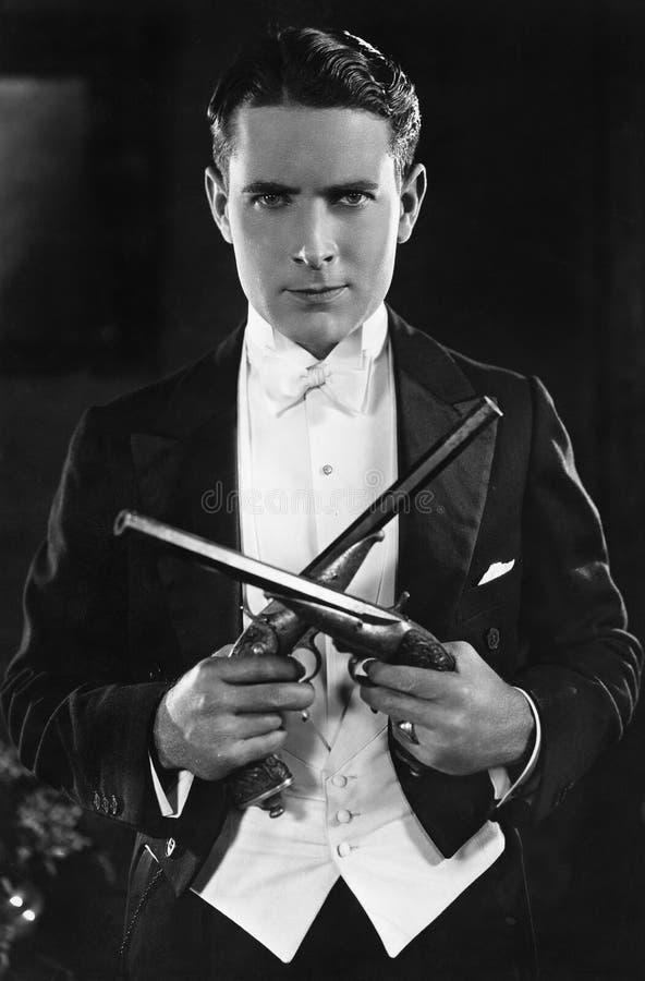 Retrato de um homem com pistolas de duelo (todas as pessoas descritas não são umas vivas mais longo e nenhuma propriedade existe  fotografia de stock royalty free