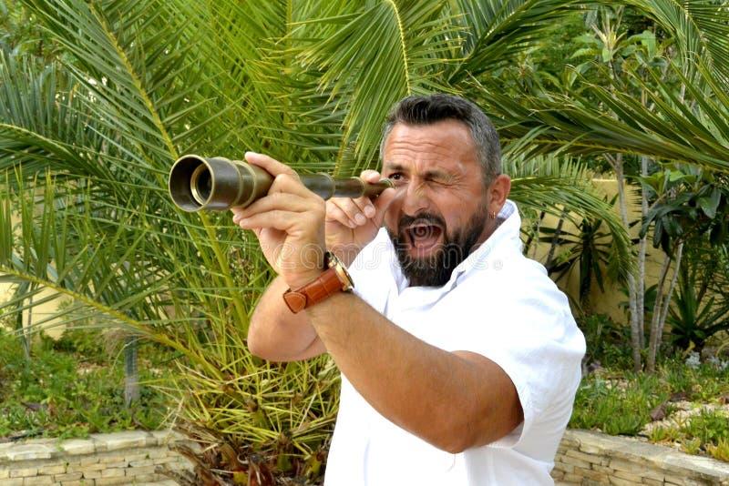 Retrato de um homem com telescópio pequeno fotografia de stock