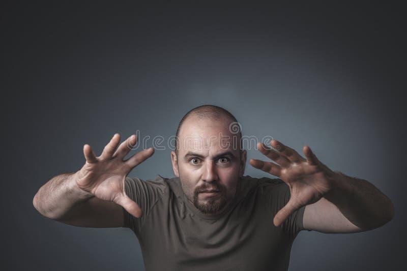 Retrato de um homem com uma expressão determinada e intensa imagens de stock