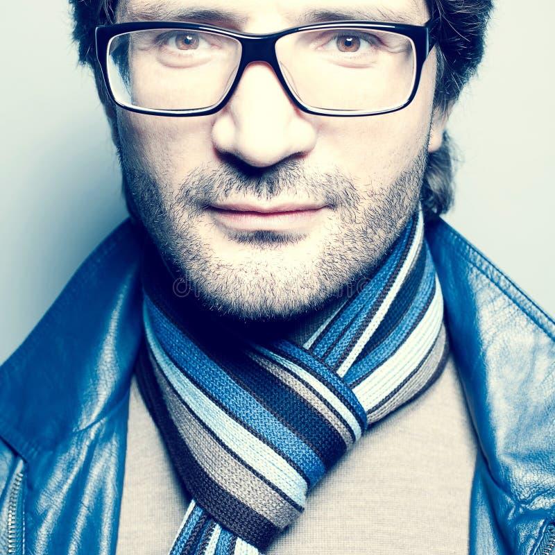 Retrato de um homem considerável elegante no casaco azul foto de stock royalty free
