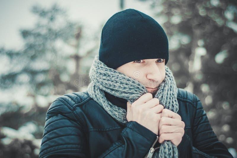 Retrato de um homem considerável novo com uma barba Estilo de vida do inverno fotos de stock