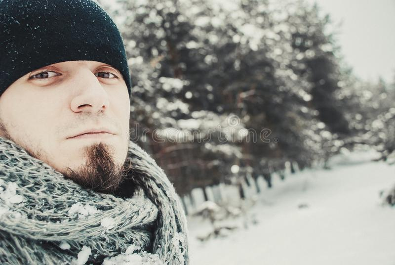 Retrato de um homem considerável novo com uma barba Estilo de vida do inverno imagens de stock royalty free