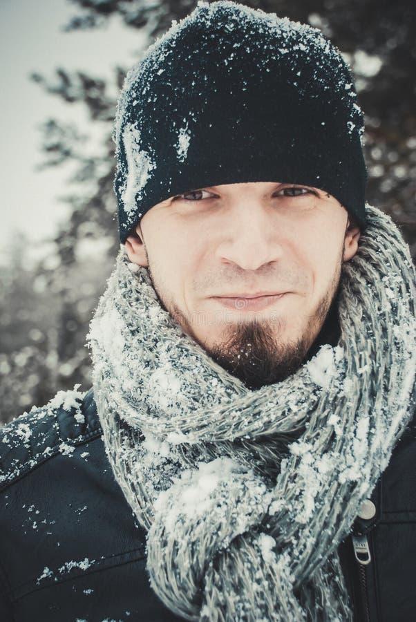 Retrato de um homem considerável novo com uma barba Estilo de vida do inverno fotografia de stock