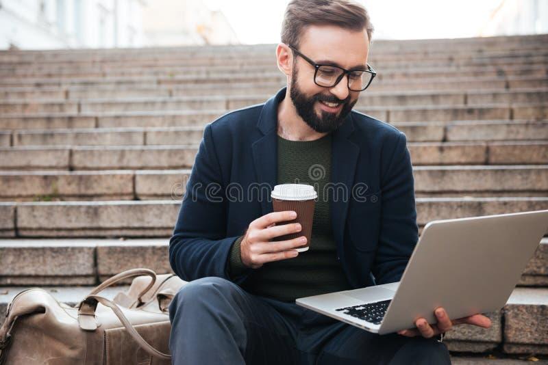 Retrato de um homem considerável de sorriso nos monóculos imagens de stock royalty free