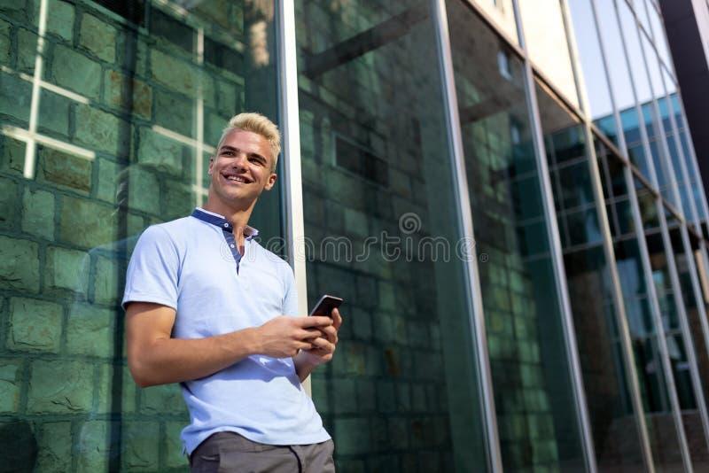 Retrato de um homem consider?vel no fundo urbano fotos de stock