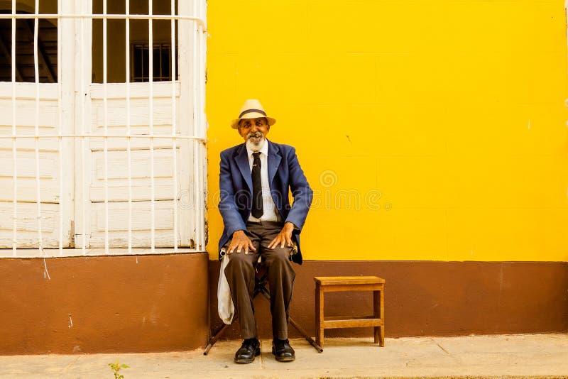 Retrato de um homem cubano com charuto, Trinidad, Cuba imagem de stock