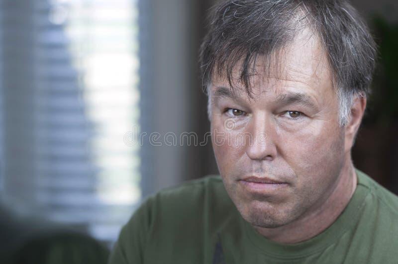 Retrato de um homem de meia idade sério imagens de stock