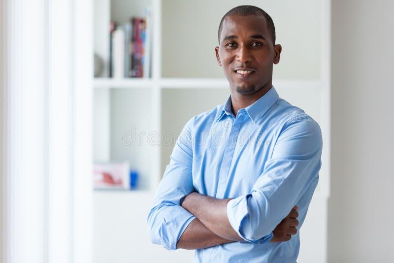 Retrato de um homem de negócio afro-americano novo - pessoas negras imagem de stock royalty free