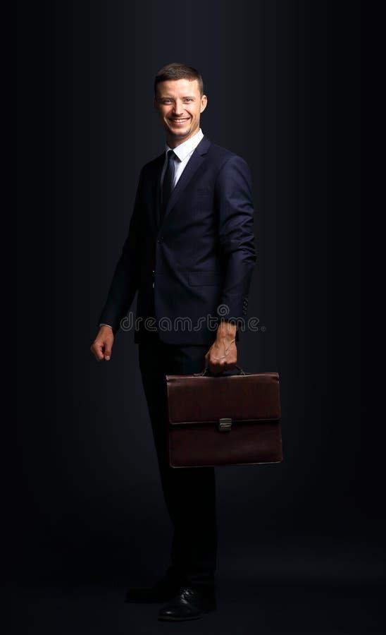 Retrato de um homem de negócio considerável com a pasta isolada sobre foto de stock