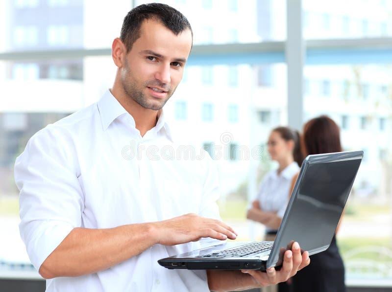 Retrato de um homem de negócio esperto que usa o portátil fotografia de stock royalty free