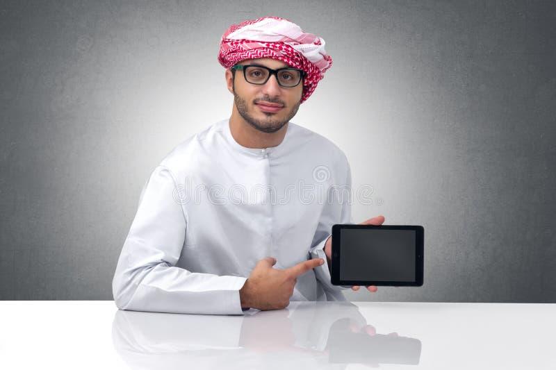 Retrato de um homem de negócios árabe que apresenta em uma almofada foto de stock
