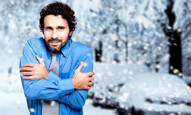 Retrato de um homem de negócios congelado no inverno frio fotos de stock royalty free