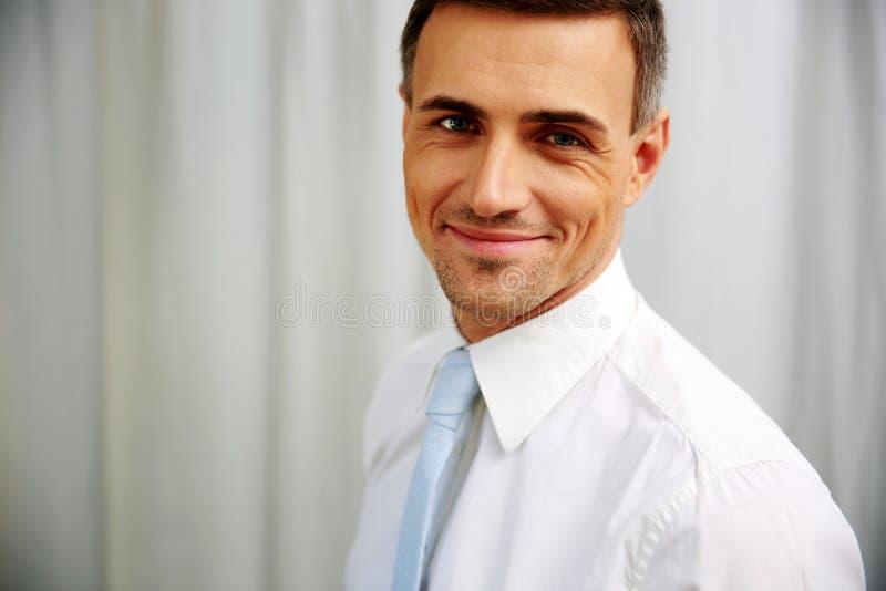 Retrato de um homem de negócios considerável feliz foto de stock royalty free