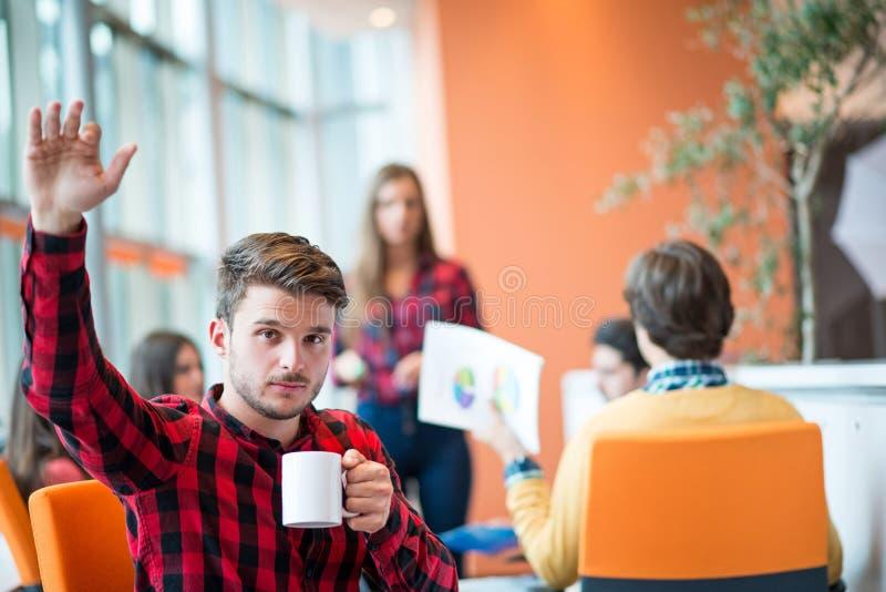 Retrato de um homem de negócios considerável na frente de sua equipe de trabalho foto de stock royalty free
