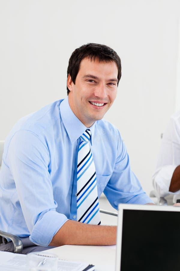 Retrato de um homem de negócios de sorriso no trabalho imagem de stock