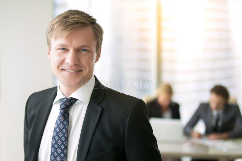 Retrato de um homem de negócios de sorriso novo foto de stock
