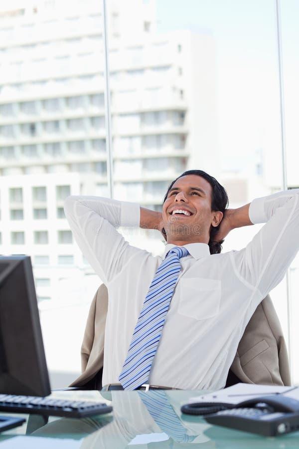 Retrato de um homem de negócios deleitado que relaxa fotos de stock