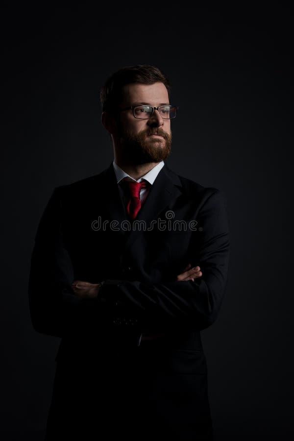 Retrato de um homem de negócios em um fundo preto fotografia de stock royalty free