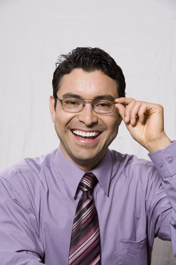 Retrato de um homem de negócios latino-americano feliz Trying Out Glasses imagens de stock