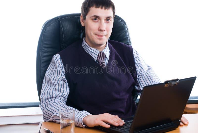 Retrato de um homem de negócios novo com portátil imagens de stock
