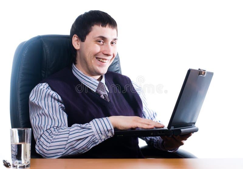 Retrato de um homem de negócios novo com portátil fotografia de stock royalty free