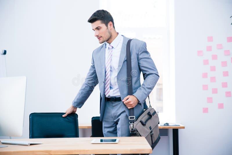 Retrato de um homem de negócios seguro com saco fotos de stock