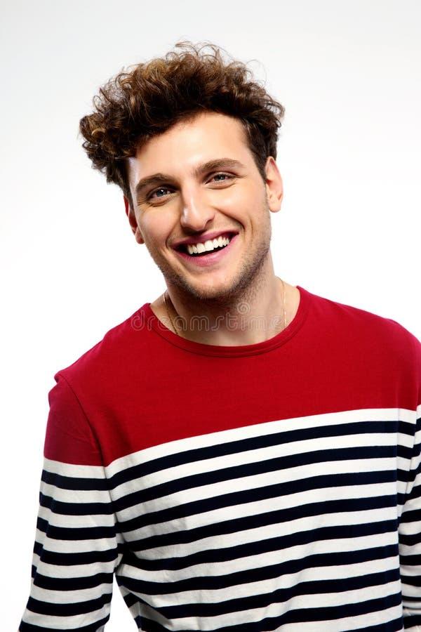 Retrato de um homem de sorriso com cabelo encaracolado imagens de stock royalty free