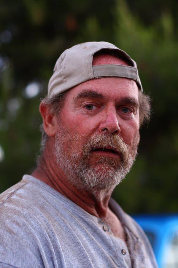 Retrato de um homem desabrigado fotografia de stock royalty free