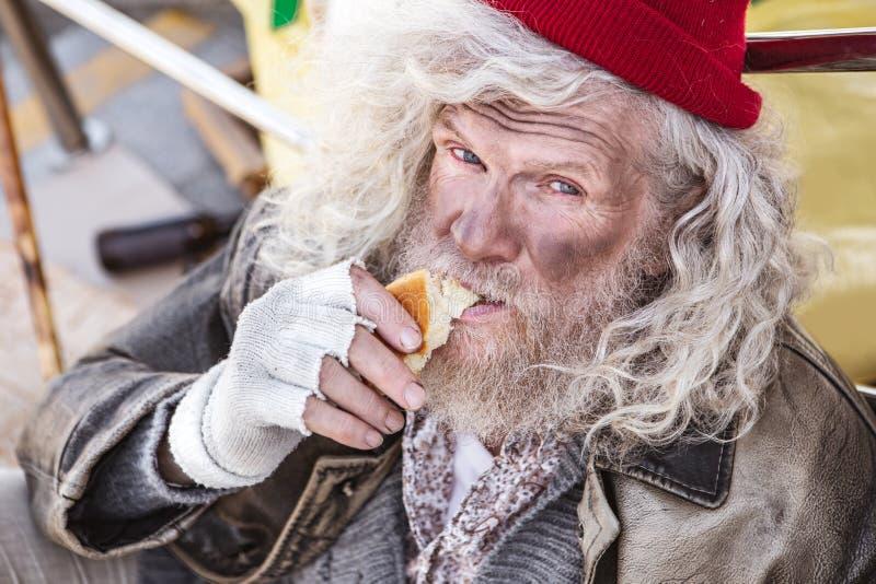 Retrato de um homem desabrigado com fome fotografia de stock royalty free