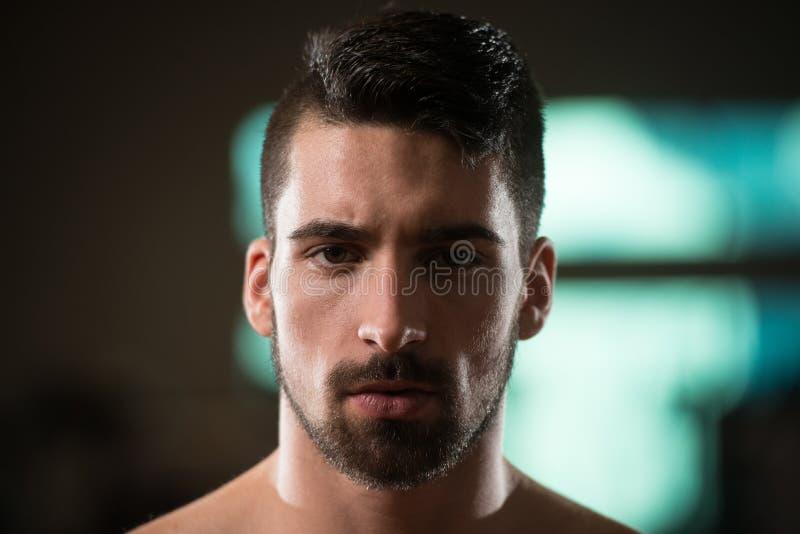 Retrato de um homem desportivo novo com barba imagem de stock