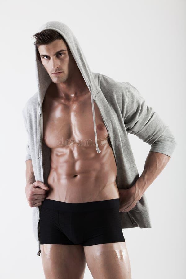 Retrato de um homem do músculo que levanta no estúdio foto de stock royalty free